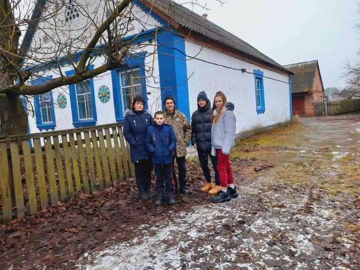 La famille RUD devant sa nouvelle maison