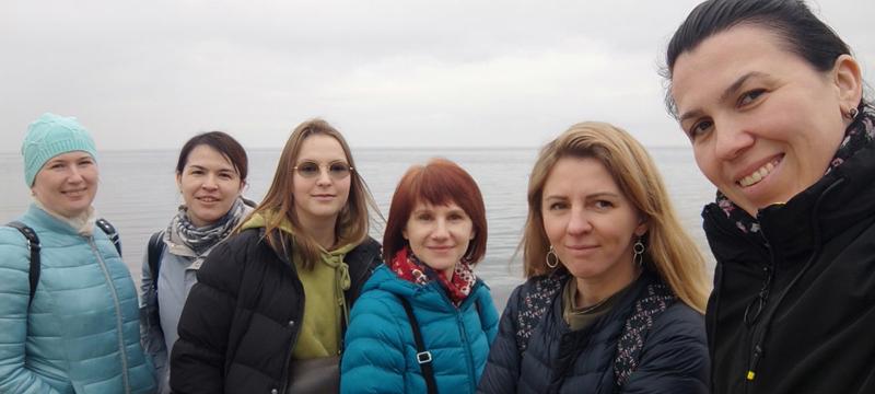 Photo avec 6 des 7 organisateurs (manque Viktor) des 2 opérations d'aide alimentaire d'aujourd'hui dans le nord de l'Ukraine, à proximité de Tchernobyl.