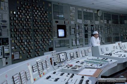 Photo du centre de commande des réacteurs.