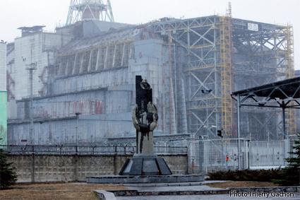 Photo du réacteur N°4 de Tchernobyl, entouré d'un sarcophage.