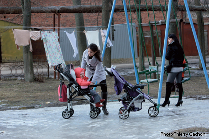 Photo de mamans promenant leurs enfants sur les places de jeux.
