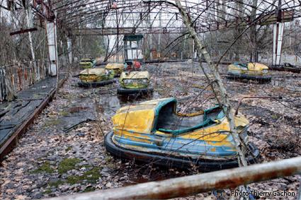 Photo d'un parc d'autos-tamponeuses laissées à l'abandon dans Pripyat.