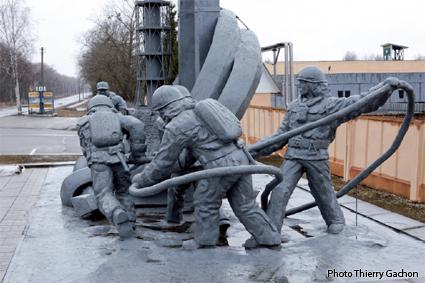 Photo du monument en l'hommage des pompiers qui se sont sacrifiés.
