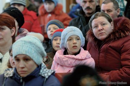 Photo des familles assistant à la réunion dans la salle des fêtes de Novozybkov.