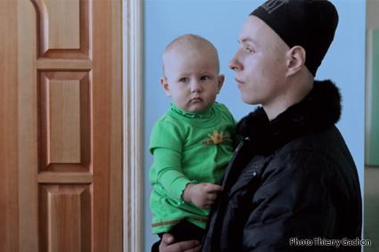 Photo d'un père tenant un enfant dans ses bras, dans l'hôpital de Novozybkov.