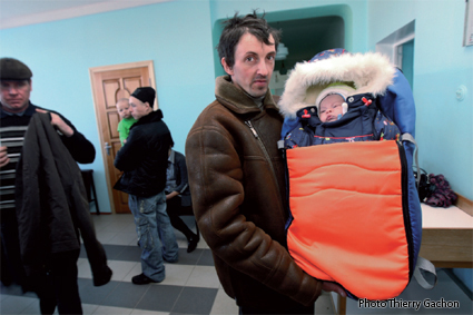 Photo d'un père tenant un enfant dans ses bébé, dans la salle d'attente de l'hôpital de Novozybkov.