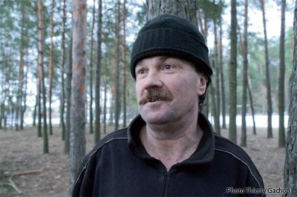 Photo d'un homme habitant près de la forêt et vivant de ses produits.