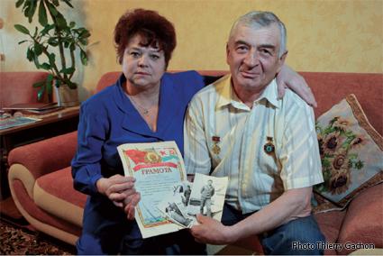 Photo de Grigoriy et de sa femme Nina, tenant le diplôme de liquidateur, remis les autorités de l'URSS.