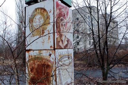 Photo de panneaux de propagande soviétique pour l'atome, tous rouillés dans Prypiat.